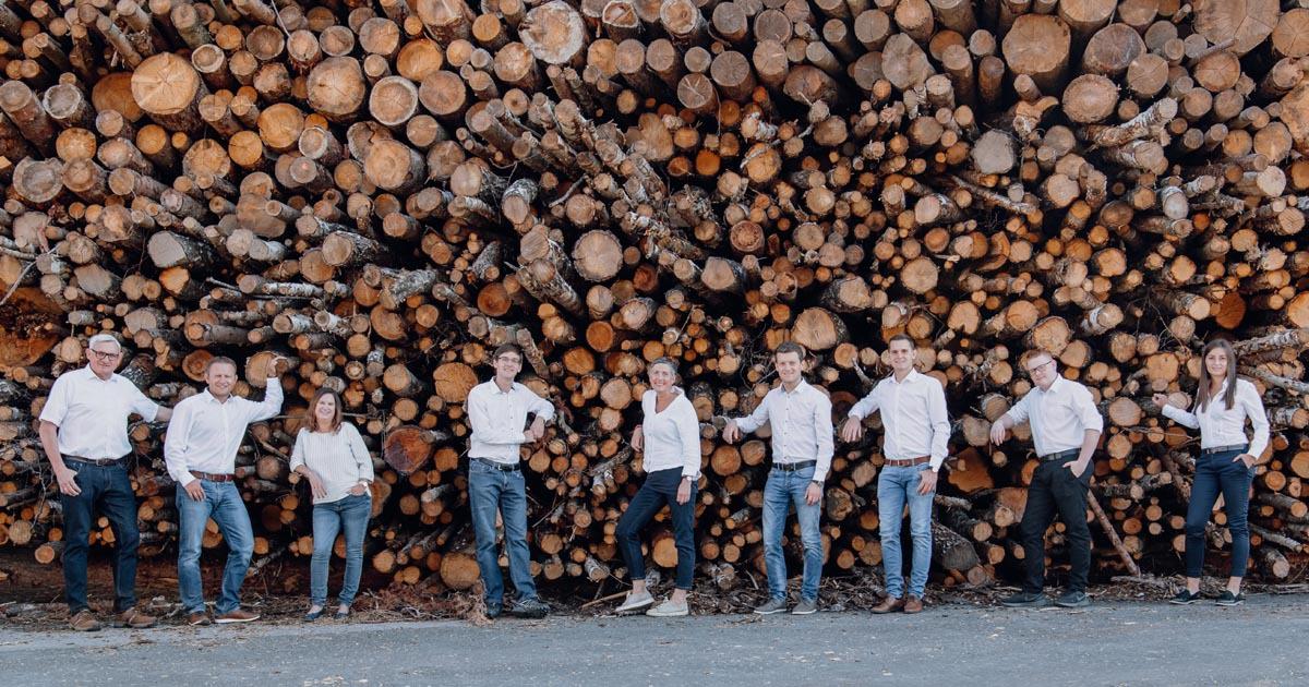 Bf EE Team vor Holzstoß 1200x630